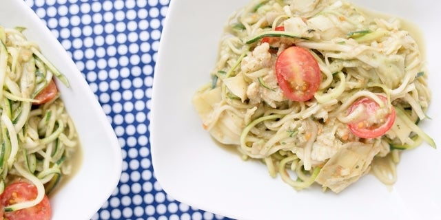 Carb_Cutting_Zucchini_Noodles-960