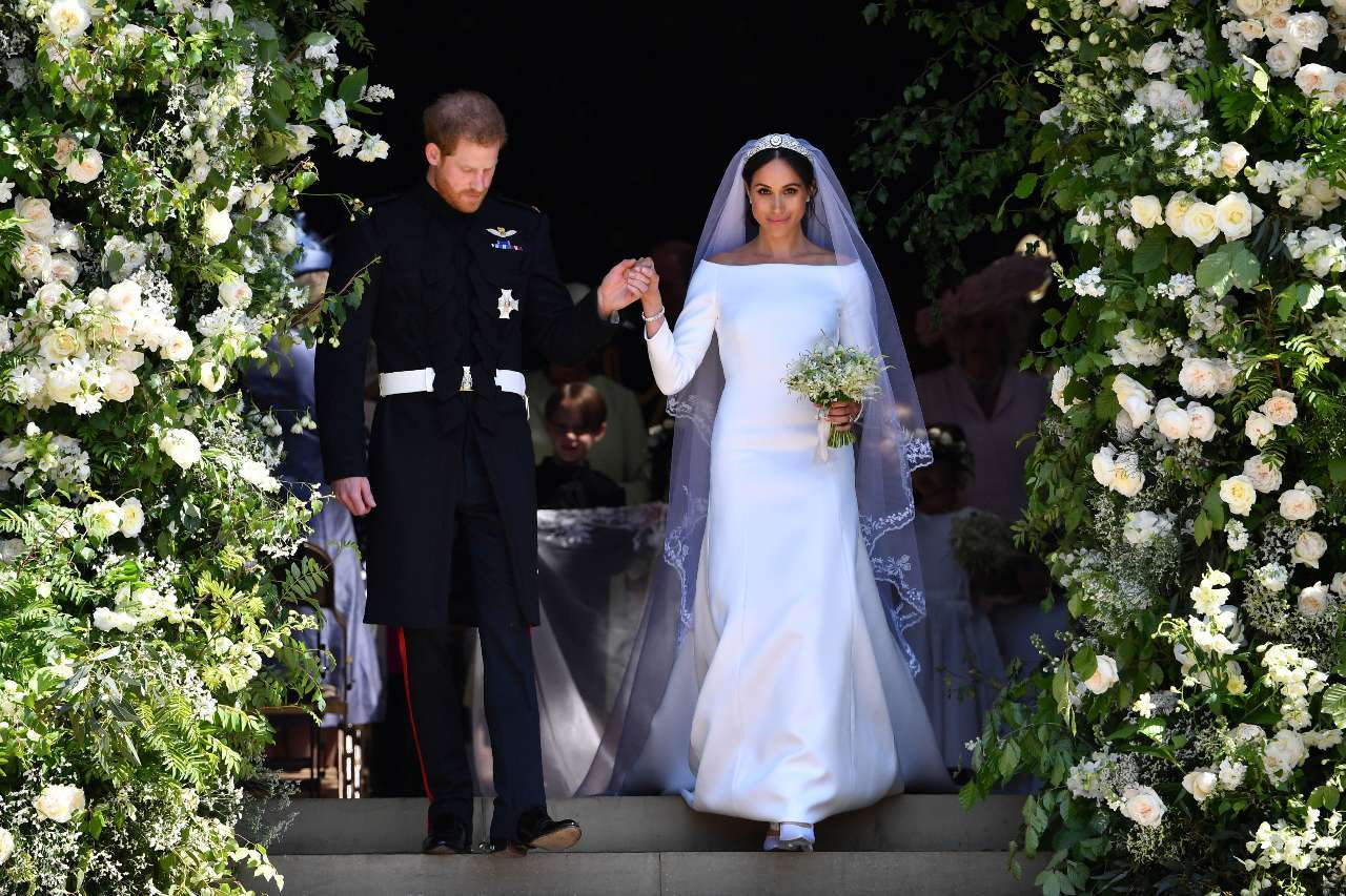Meghan Markle S Royal Gown Reminds Internet Of Jennifer Lopez Dress In Wedding Planner