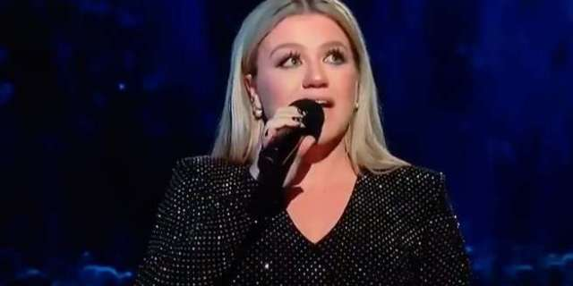 Billboard Music Awards: Kelly Clarkson Delivers Tearful Tribute to Santa Fe School Shooting Victims