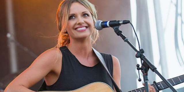 carly-pearce-performing