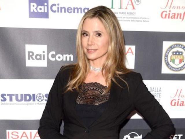 Mira Sorvino Praises Dad for Lashing out at Harvey Weinstein