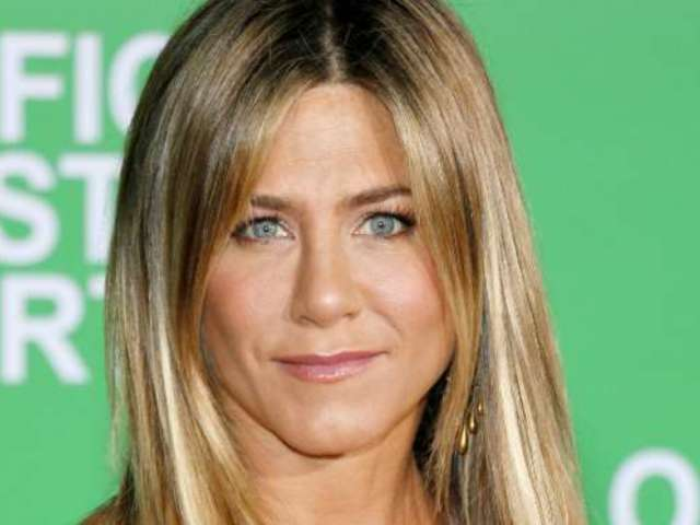 Jennifer Aniston's Ring Noticeably Absent as She Visits Courteney Cox