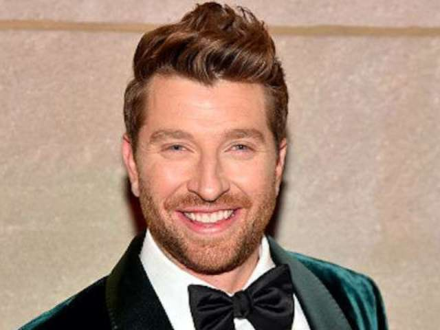 Brett Eldredge Releases Deluxe Version of 'Glow' Christmas Album