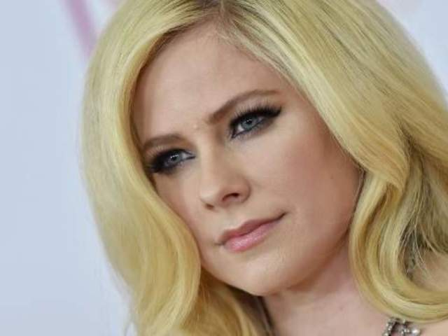 Avril Lavigne Rerecords 'Warrior,' Dedicates It to Those on the Frontlines of Coronavirus Pandemic