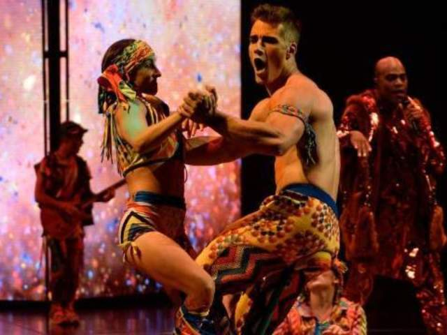 Cirque du Soleil Performance Abruptly Ends When Equipment Malfunctions, Spraying Crowd With Oil