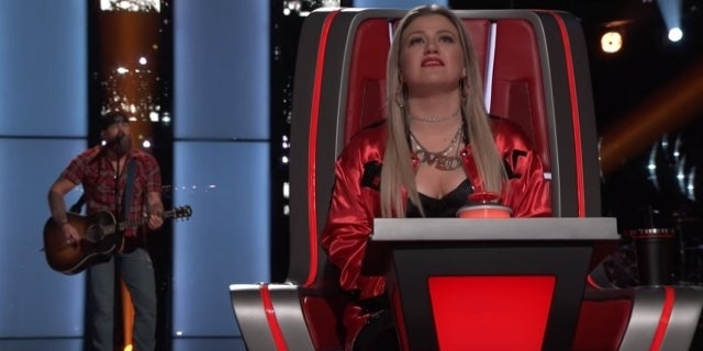 mikele-buck-kelly-clarkson-the-voice