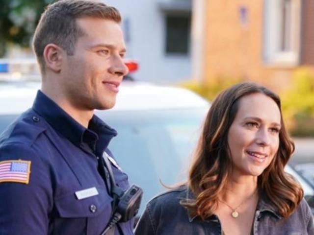 '9-1-1' Star Oliver Stark Teases More 'Brother, Sister Time' With Jennifer Love Hewitt