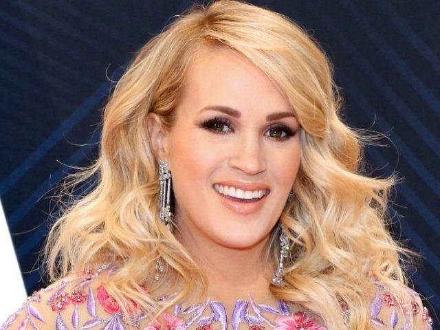 Carrie Underwood Poses With Fans Ahead of Birth of Second Child