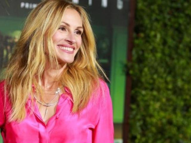 Julia Roberts Teases Fans With Kardashian-Inspired Photo