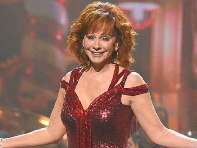 Watch Reba McEntire Perform 'The Christmas Song' From 'CMA Country Christmas'