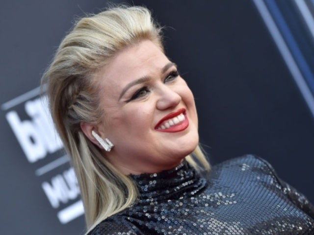Kelly Clarkson Tweets Message to Shawn Mendes After Hospitalization