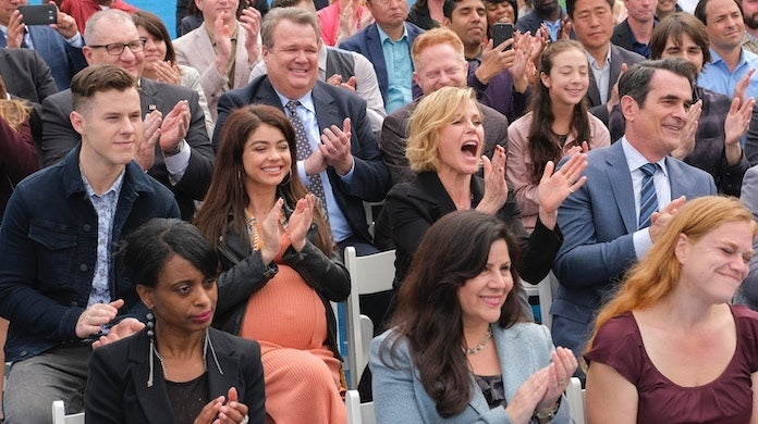 modern-family-commencement-day-abc-tony-rivetti-cheering