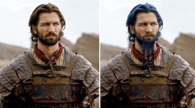 """got-daario-books """"title ="""" got -daario-books """"height ="""" 370 """"width ="""" 663 """"data-item ="""" 20064343 """"/> <figcaption> (Photo: YouTube / Looper) </figcaption></figure><p> Enfin, l'un des cas les plus infâmes de changement d'apparence en <em> Game of Thrones </em> est le capitaine Daewar Naharis, marchand de sabres, qui joue le rôle de capitaine dans Storm and Crows, qui intègre ses soldats dans l'armée de Daenerys et devient l'un de ses commandants, conseillers et, finalement, son amant. </p> <p> Cependant, dans les livres, les fans se demandent pourquoi: Daario est décrit comme ayant les cheveux et la barbe teints en bleu - un look populaire dans la ville libre de Tyrosh. également coupé en trois branches, tandis que sa moustache est teinte en or et soulignée sur les côtés. </p> <p> Daario a un gros nez pointu dans les livres, et ses yeux sont d'un bleu vif. les vêtements les plus raffinés et les plus raffinés qu'il puisse trouver, et il porte une épée et un poignard avec des poignées assorties sculptées de manière à ressembler à des femmes nues. On le décrit souvent en train de caresser ces poignées dorées de façon suggestive. </p> <blockquote class="""