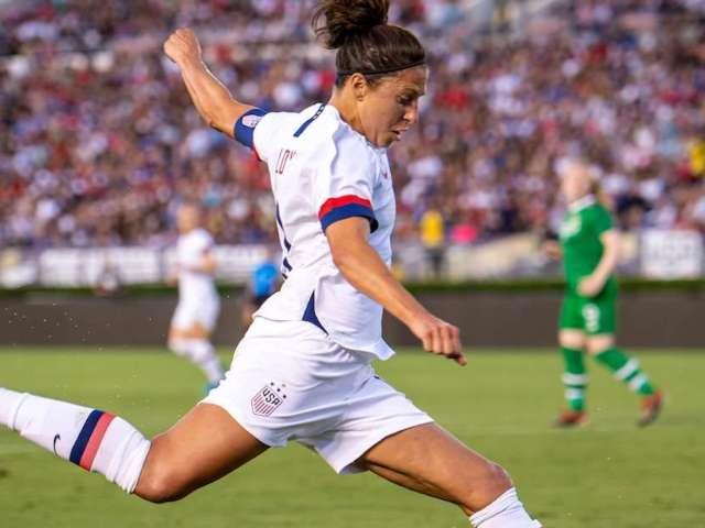 US Women's Soccer Star Carli Lloyd Nails 55-Yard Field Goal at Eagles Practice