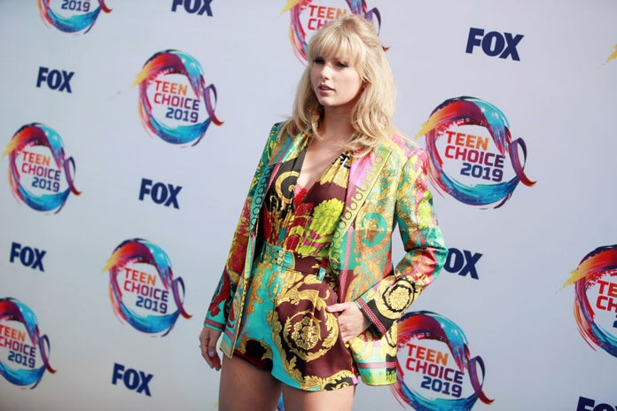 taylor_swift_blue_carpet_getty