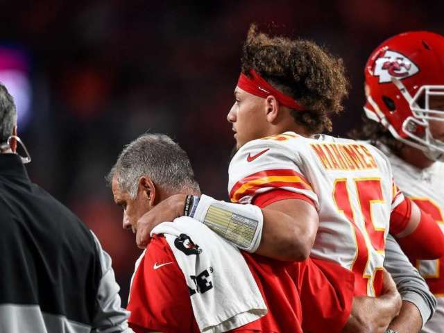Kansas City Chiefs QB Patrick Mahomes Suffers Dislocated Kneecap, Expected to Miss 4-6 Weeks
