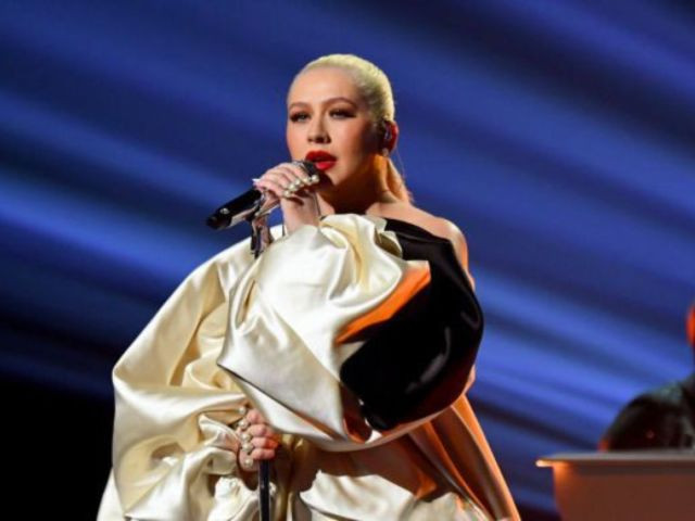 AMAs 2019: Christina Aguilera Posts Dazzling 'Thank You' Photo That Glows