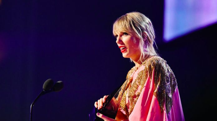 2019-american-music-awards-taylor-swift-artist-of-the-year