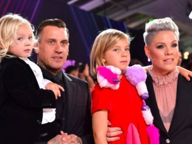 Watch Pink's Daughter Willow Crash Her 2019 People's Choice Awards Photoshoot