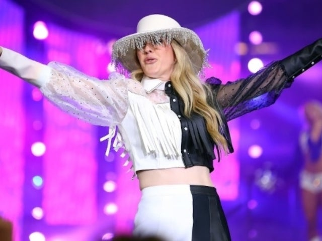 Ellie Goulding's Thanksgiving Halftime Performance Wardrobe Left NFL Fans Scratching Their Heads