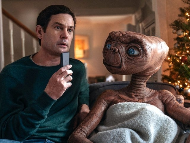 Macy's Thanksgiving Day Parade Debuts 'E.T.' Holiday Short With Actor Henry Thomas as Elliott