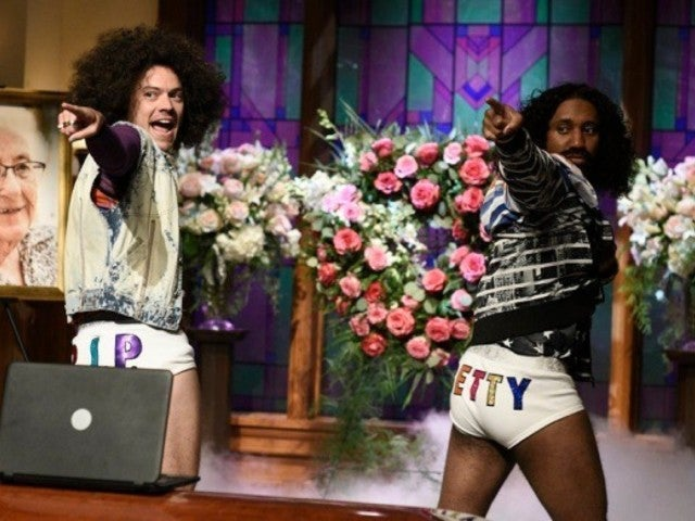 'SNL': Harry Styles Sheds His Pants for Skit, and His Fans Lose It