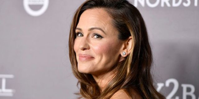 Jennifer Garner Reveals Super Relatable Mom Moment After Rushing Daughter to School Bus in a Bathrobe - PopCulture.com