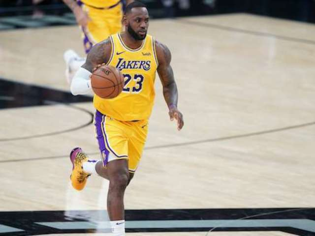 Lakers Fans Convince LeBron James to Yell 'Taco Tuesday' After Spurs Win