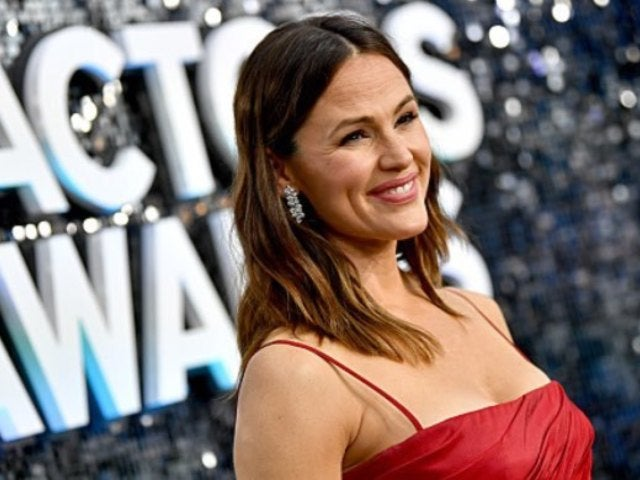 Jennifer Garner Jokes How 'No One Swipes' Her Tinder Profile, and 'Bachelorette' Alum Tyler Cameron Responds