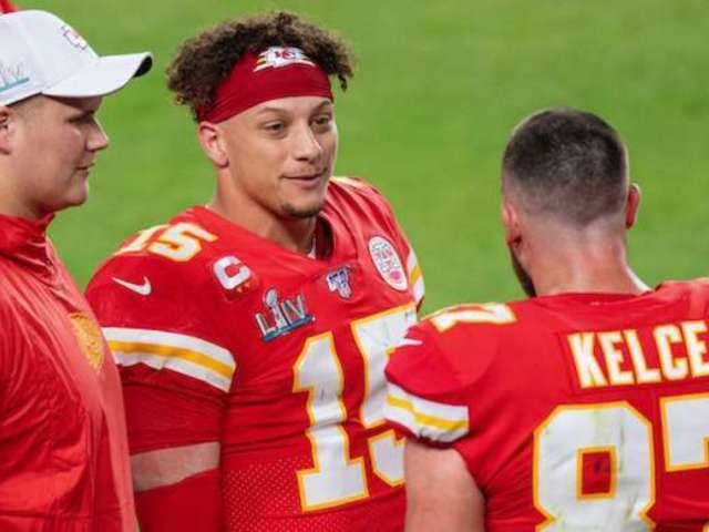 Super Bowl 2020: Patrick Mahomes Shows off Accuracy Pouring Beer in Travis Kelce's Mouth