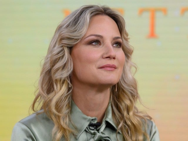 Jennifer Nettles Boosts 'Resilient' Human Spirit Amid Coronavirus Pandemic With 'Hopeful' Rendition of 'Tomorrow' (Exclusive)