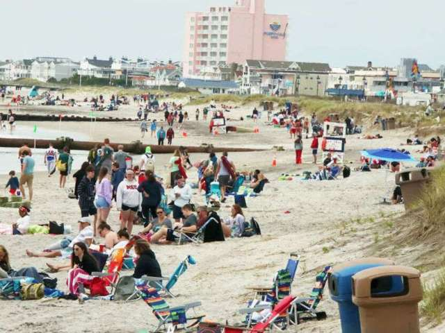Tourists Flock to Beaches Around the U.S. on Memorial Day Despite Pandemic