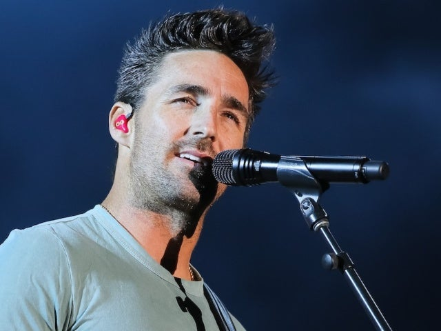 Jake Owen Defends Chase Rice From Criticism After Packed Concert