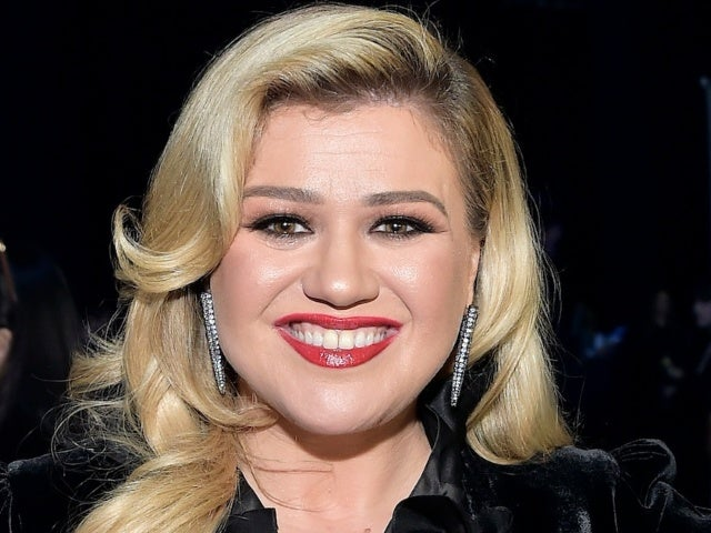 Kelly Clarkson Defends Purple Streak in Her 6-Year-Old Daughter's Hair
