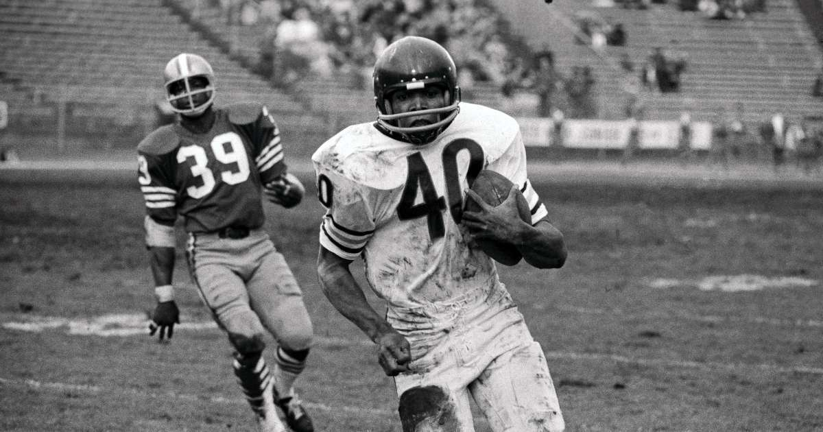 Gale Sayers Bears Hall of Famer running back dead 77