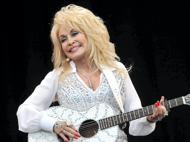 Dolly Parton Delights Fans With 'Macy's Thanksgiving Day Parade' Christmas Performance