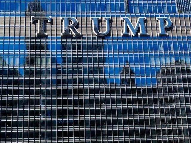 Man Hangs off Side of Trump Tower in Chicago Demanding to Speak to Donald Trump