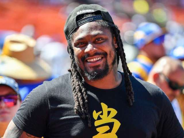 Marshawn Lynch Hands Out Hundreds of Turkeys in Hawaii