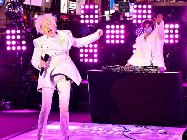 Cyndi Lauper's Bizarre Performance During New Year's Rockin' Eve Leaves Viewers Bewildered