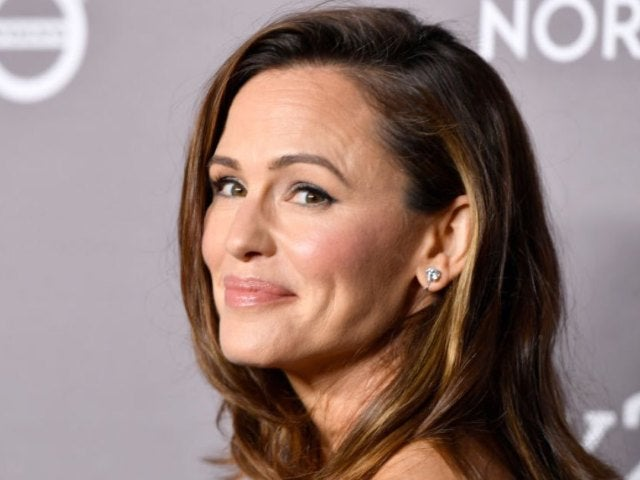 Jennifer Garner Delivers Hilarious Response to Video of Bikini-Clad Instagram User Posing for Photos in Snow