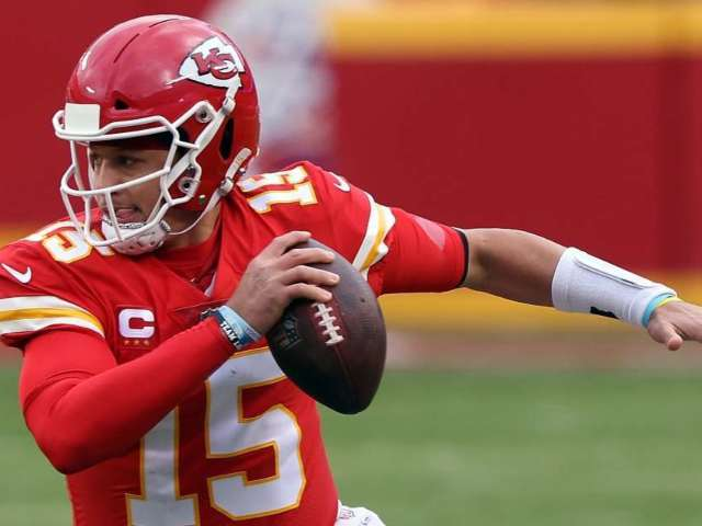 Patrick Mahomes Practices With Chiefs Following Concussion Treatment