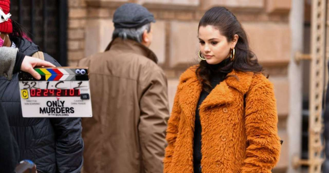 Selena Gomez Flips off Paparazzi While Filming 'Only Murders in the Building'.jpg