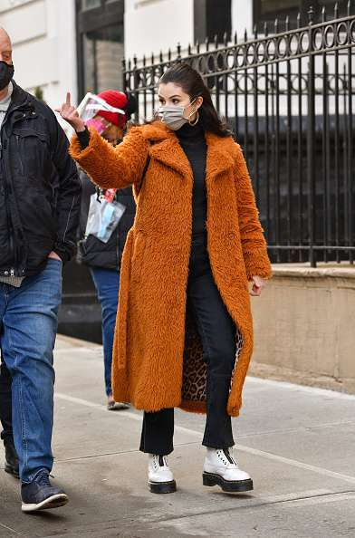 selena flipping off paps