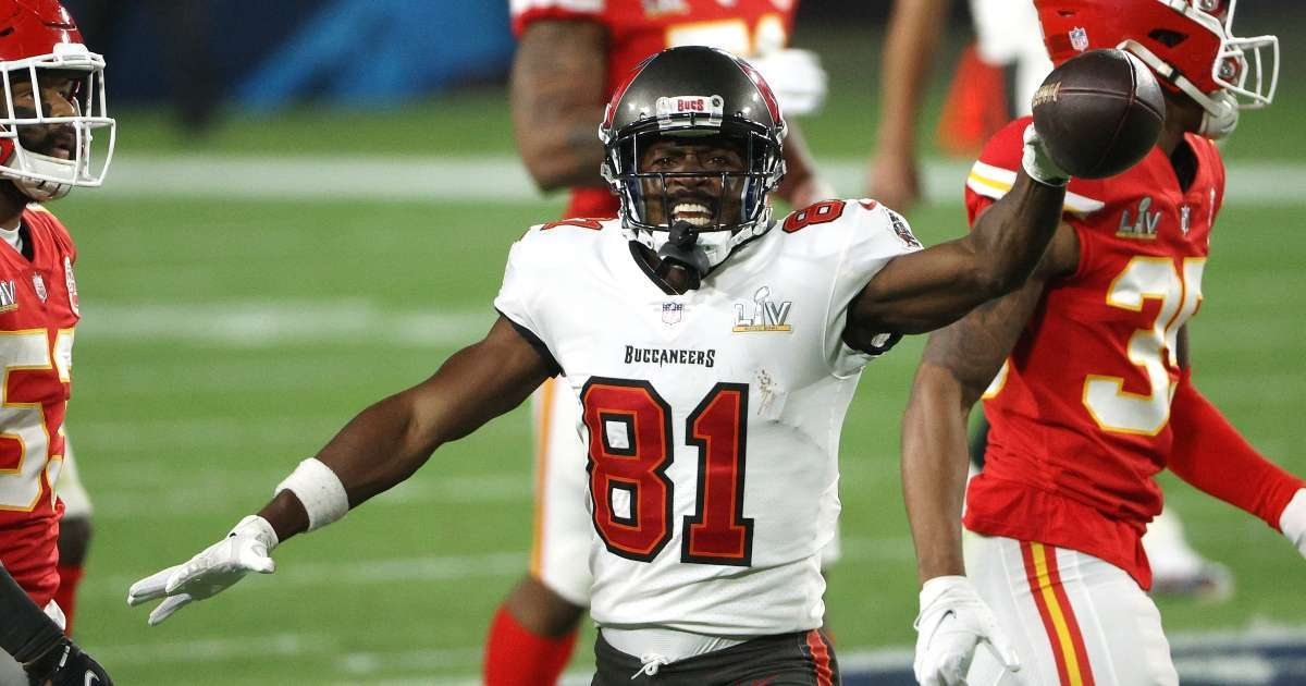 Antonio Brown signs news NFL contract Tampa Bay Buccaneers