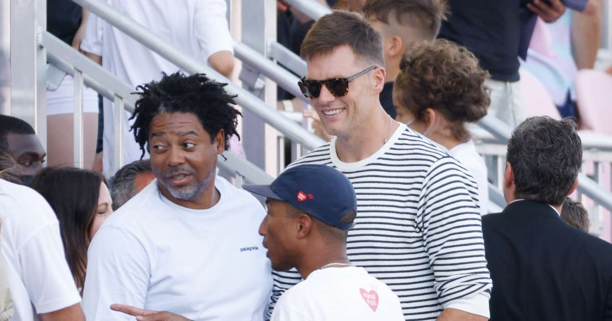 Tom Brady appears Tampa Bay Buccaneers event knee surgery
