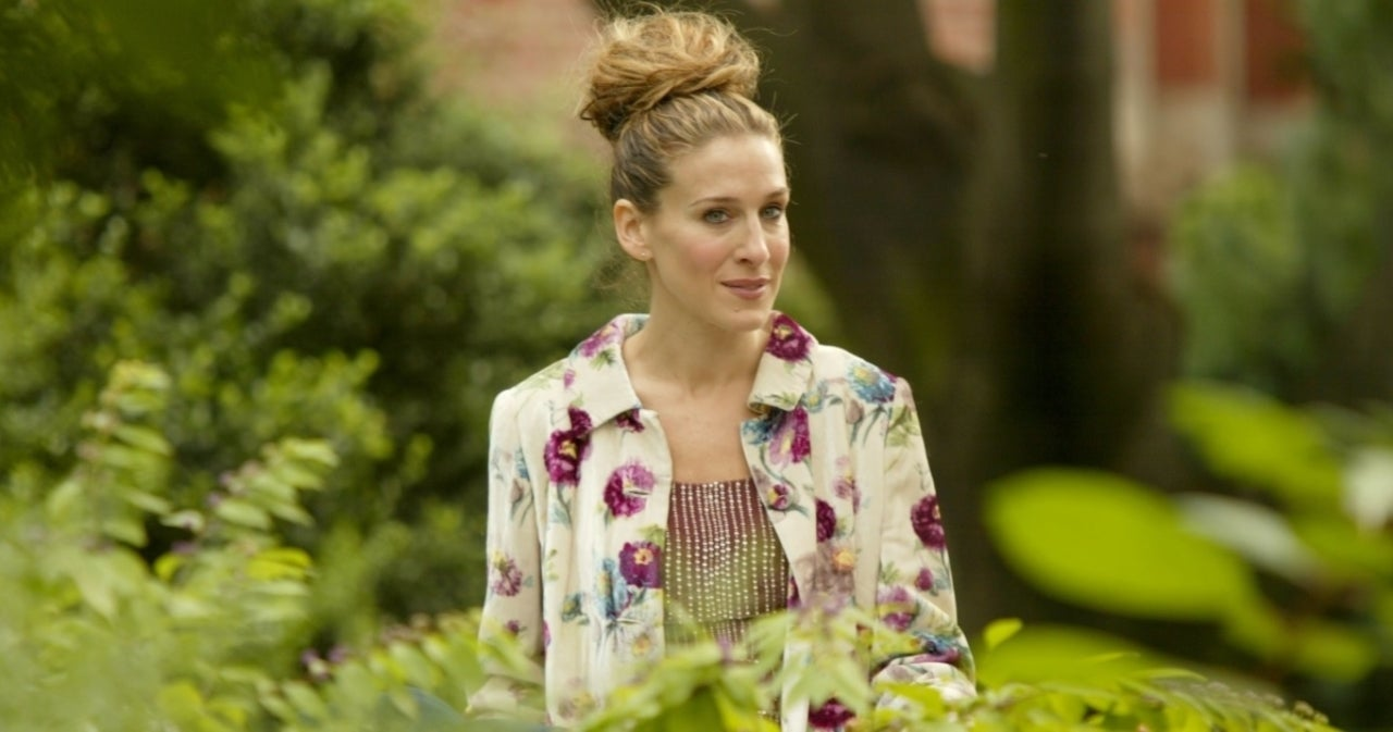 Sarah Jessica Parker Visits Carrie Bradshaw's Apartment Ahead of 'Sex and the City' Revival.jpg