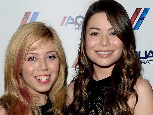Miranda Cosgrove Explains Why 'iCarly' Reboot Keeps Mentioning Jennette McCurdy's Character Sam