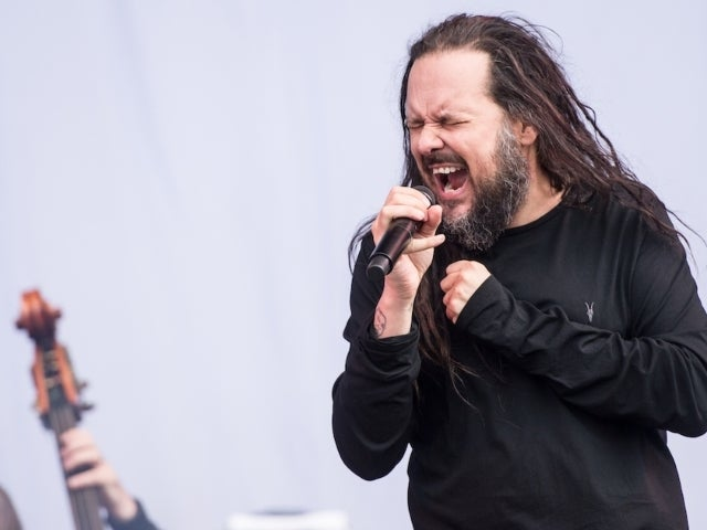 Korn's Jonathan Davis Uses Oxygen Mask During Concert Amid COVID-19 Recovery