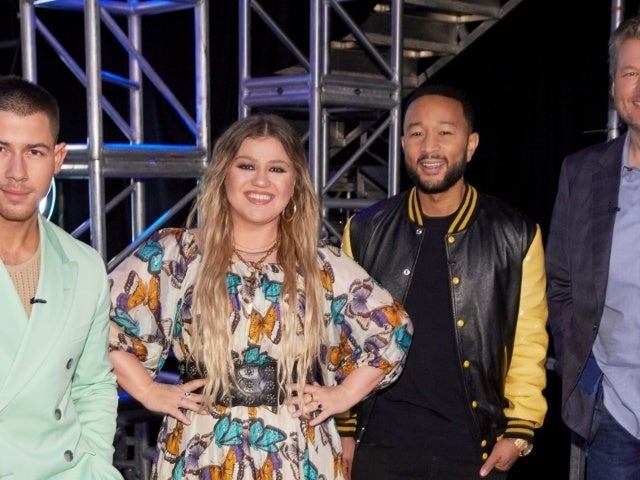 Kelly Clarkson Takes Fun Jab at 'The Voice' Co-Judge Blake Shelton During Vegas Getaway Amid Divorce